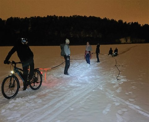 NY RUNDE: En gruppe tok turen ut på Østensjøvannet for å måke opp skøytebanen på nytt.