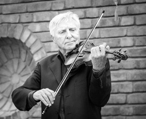 Arve Tellefsen tok imot tilbodet om å kome til historierike Brekke for å spele konsert.