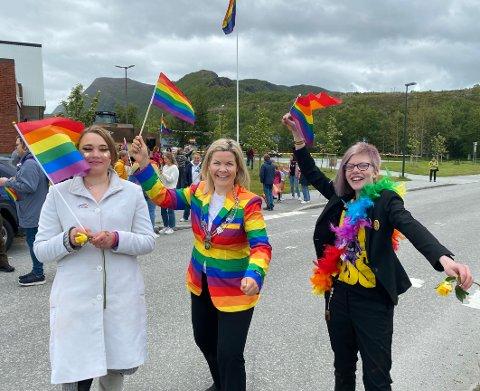Stolte: Både ordfører Aase Refsnes og tenåringene Emma Olufsen  (t.h.) og Maja Magnussen var stolte over det første pridearrangementet i kommunen. Det blir ikke det siste, for utfordringene er fortsatt der.