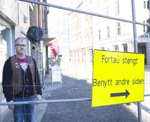 Jan Petter Johansen viser til at omsetningen stupte da gravingen startet. Færre handler i butikken nå enn før gravearbeidet startet.