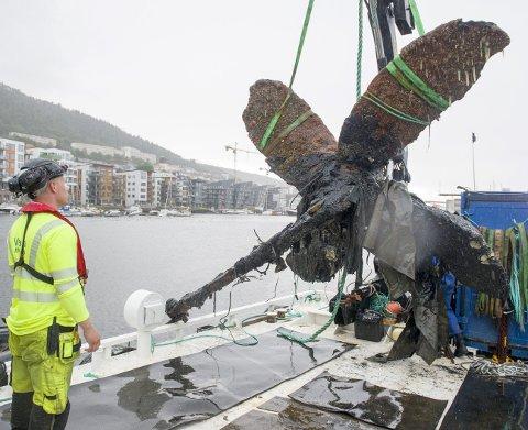 Her heiser de opp en stor båtpropell som har ligget mange år på bunnen       av Puddefjorden. Dykkeleder og prosjektleder i Valen Marina, Kim Kallestad styrer hevingen.