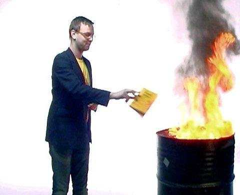 Harald Victor Hove (H) brenner nynorskbøker i en reklamefilm.
