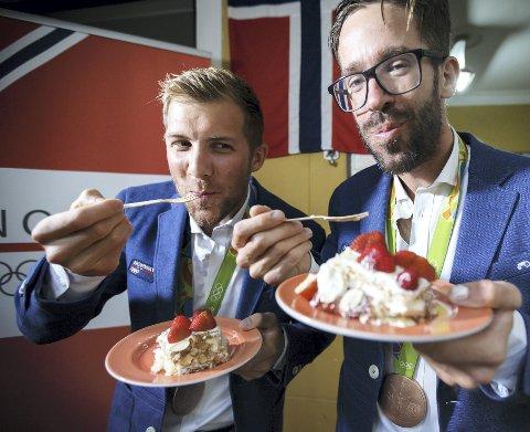 Kristoffer Brun og Are Strandli går et stykke under radaren i Idretts-Norge, men resultatene deres er helt ekstraordinære. På bildet feirer de med kake etter bronse i OL 2016.
