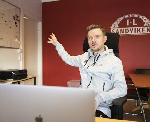 Sandviken-trener Alexander Straus på sitt kontor på Stemmemyren før semifinalen mot LSK Kvinner. Trenerteamet bruker 20–30 timer på å forberede seg på motstanderen i forkant av hver kamp. FOTO: BERNT-ERIK HAALAND