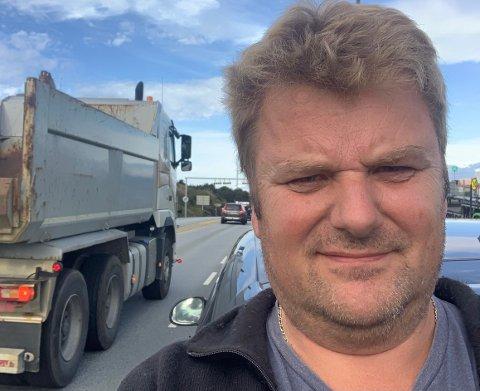 FOR TIDLIGE: Bernt Arild Bertelsen sto lenge i køen på E39 onsdag ettermiddag. Han mener Vegtrafikksentralen gjerne er litt raske med å stenge tunnelene.