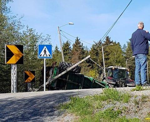 VELT: En traktor kjørte onsdag formiddag av riksvei 35 og veltet i Aronsensvingen på Tyristrand.