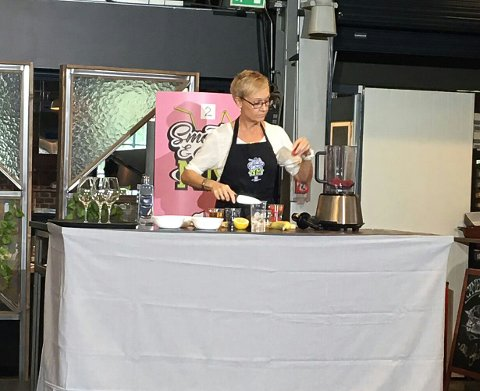 ELSKER BÆR: Jaana Elisabet Lindland fra Solbergmoen vant smoothie-NM. Hun elsker bær, og i finalen laget hun en signatursmoothie med masse bringebær.