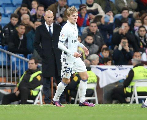 Martin Ødegaard i aksjon for Real Madrid mot Cultural y Deportiva Leonesa i den spanske cupen. Real Madrid-manager Zinedine Zidane (i bakgrunnen) styrte laget til 6-1-seier.