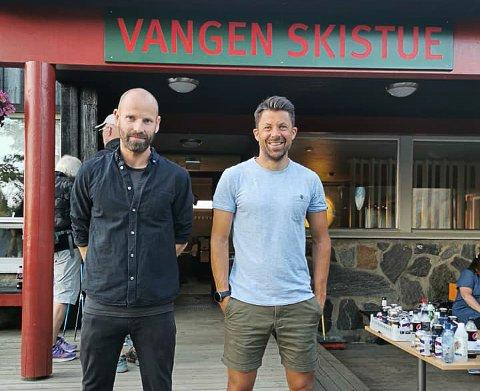 """Stand-up komikerne Jonas Kinge Bergland og """"Nilsi"""" Nils-Ingar Aadne på plass utenfor Vangen i går kveld."""