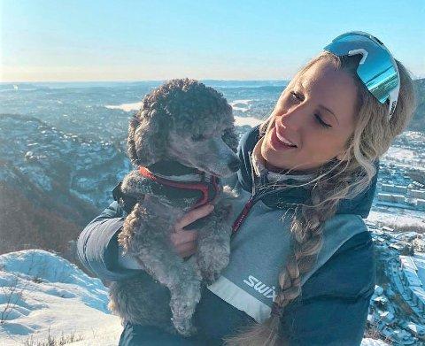NY KVARDAG: Christina Andersen frå Førde fekk ein ny og rikare kvardag etter at ho kjøpte dvergpuddelen Cali.