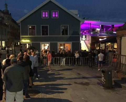 Fra og med 13. oktober kan skjenkesteder og serveringssteder holde åpent etter midnatt, men gjestene må fremdeles holde avstand til hverandre. Dette bildet er tatt før koronapandemien startet.