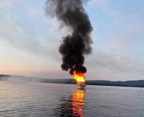 BÅTBRANN: Årsaken til båtbrannen på Storsjøen er enda uvisst.