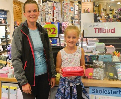 KLAR FOR UTSTYR: Anna Nyberg sørget for at datteren og kommende tredjeklassing Thea Jenhaug fikk nytt pennal til skolestart.
