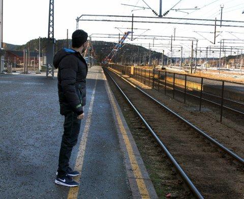 1 Hisham al. Haddad er tilbake på Halden stasjon der han for fire måneder siden ble forlatt av menneskesmuglere