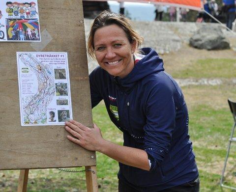 SPENNENDE: Lene Engen Sandvik viser fram kartet til det nye dyretråkket i Høiåsskogen.