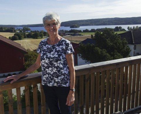 Bare asak: Reidun Vik-Haugen tok utdannelsen sin i Tønsberg, men ellers har resten av livet vært i Asak. Fra verandaen har hun utsikt over alt som har preget livet hennes, og i dag blir hun 80 år. foto: tille andreassen