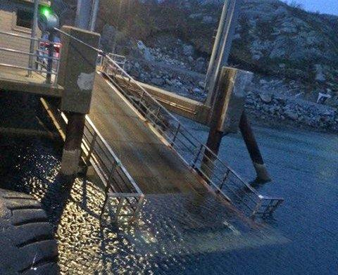 Ferga fra Horn krasjet i kaien på Andalsvåg slik at den ble ødelagt. Foto: privat