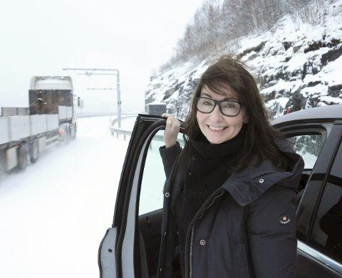 INTET BOMSKUDD: Rachel Elise Berg kjøpte elbil på grunn av komforten og sikkerheten. Hun begynte å pendle mellom Mosjøen og Sandnessjøen i 2015, og stortrives. Her ved bomstasjonen mellom Hjartåsen og Rynes, der det for Rachel ikke koster fem øre å passere.