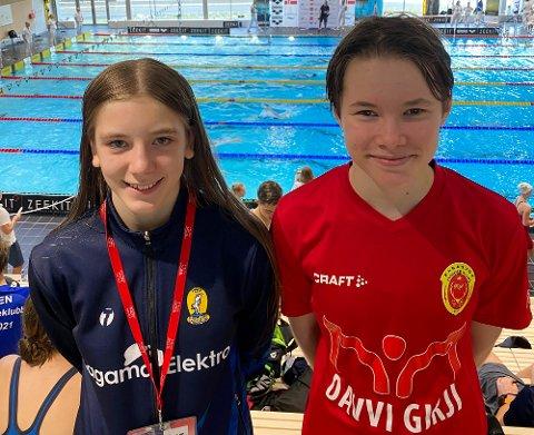 BEST I LANDET: Sandra Maria Balto (til høyre) fra Karasjok vant fredag 400 meter fri i sin klasse under ÅM i svømming. Helmine Hellum Nygård, Hammerfest SLK, ble nummer to.