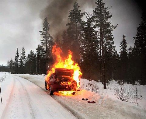 I FULL FYR: Slik så rallybilen til fører Ståle Braastad fra NMK Follo og kartleser Raymond Braaten fra Blaker ut kort tid etter at de hadde kommet ut av den brennende bilen.