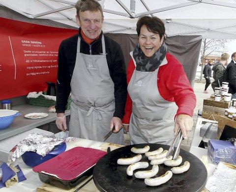 KOMMER TILBAKE: Bondens Marked, her ved Ingrid Mjelde Gran og Øivind Gregersen fra Gran Søndre i Sande, skal by på hjemmelaget mat også under årets maratondag.