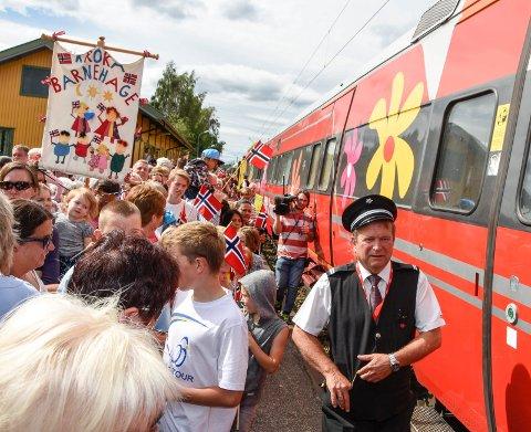 FOLKELIV: I Vikersund var det folkefest da Sommertoget trillet inn på stasjonen. Hvordan blir det i Kongsberg i dag?