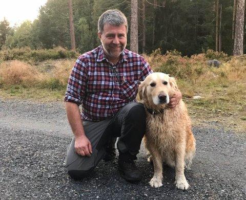 HUNDEVENN: Jonny Dahle, leder i Kongsberg Hundeklubb sammen med hunden sin.
