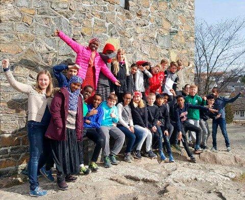 TIL FINALEN: Kulturskolelærer Siv Palm (til venstre) sammen med 6. trinn på Bytårnet skole.
