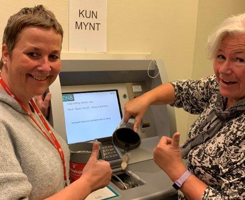 KAN SMILE: Lærer Heidi Østlie og Leder i MOD Vivian Sandvold med tommel opp for innsatsen under Demensaksjonen i september.