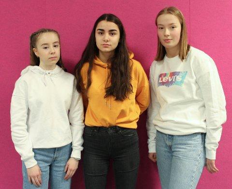 BEKYMRET: F.v. Hedda Marie Lanes, Sara Evensen og Maria Høgetveit Jølle er redde for at færre lærere betyr mindre oppfølging.