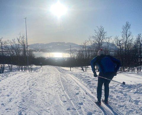 TROMSØMARKA: En mann i godt driv på vei fra Skistadion på Tromsøya i midten av april. Enda er det godt skiføre i fylket, og skal vi tro meteorologen kan det vedvare utover i mai.