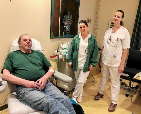 OMGITT AV ENGLER: - Engler i hvitt, sier Per Johnny Strandenes om de som gir ham behandling for lungekreft. Her sammen med overlege Kristin Bunes Skogholt (t.h.) og avdelingssjef Hanne Christine Solstad Olsen