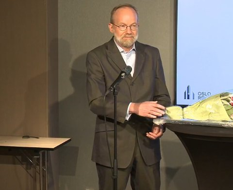 Gerhard Helskog fra Ski mottok mandag Oslo Redaktørforenings hederspris.