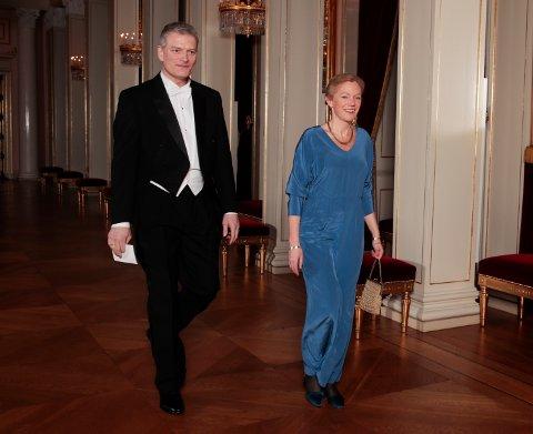 STAS: Lars Mytting ble omtalt av selveste Kong Harald i sin tale til prins William og hertuginne Kate. Her sammen med forfatter Maja Lunde på vei til gallamiddagen på Slottet torsdag kveld.