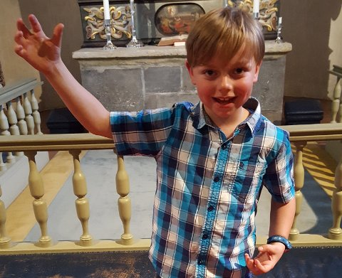 Edvard sto for fantastisk rapping under Salme- og sangkvelden for små og store i Norderhov kirke.