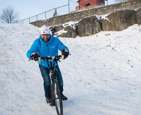 Sykkellek: Leder av IL Hole cykleklubb, Øyvind Langvandsbråten, jubler for at klubben får sykler av Sparebankstiftelsen DnB.