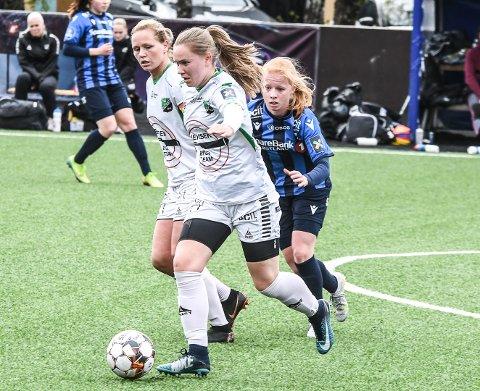 FÅ SJANSER: Emilia Tyribakken (nærmest) og Silje Nyhagen gjorde flere forsøk på å komme seg fri.