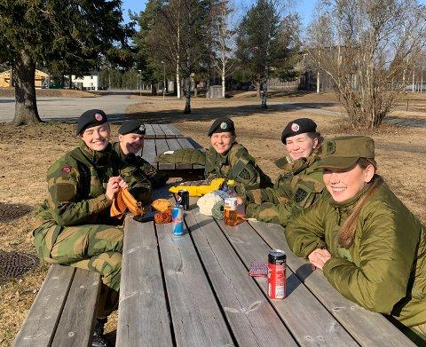 STRIKKING: Noen av soldatene på Sessvollmoen bruker påsken til å strikke, da de ikke kan reise hjem. Fra venstre ser: Oda Stormo, Hege Hodne, Therese Aaland, Ingrid Andersen og Vilde Neverlien.