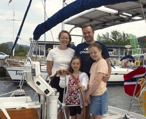 Eventyr: Familien klar for et eventyr på sjøen. Bak mamma Eli og pappa Andreas. Foran fra venstre står Maren og Aurora. Alle foto: Svein-Ivar Pedersen