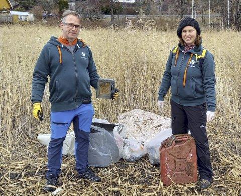 Ryddeaksjon for to: Henning Nilsen og Christina Leverkus fra Venstre ryddet som de pleier hver vår. Foto: Privat