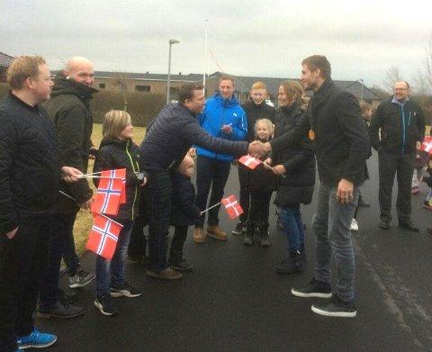 GJENSYN: Barna Rasmus (4), Veslemøy (2) og kona Charlotte var blant dem som ventet stolt på å få den familiekjære strekspilleren hjem.