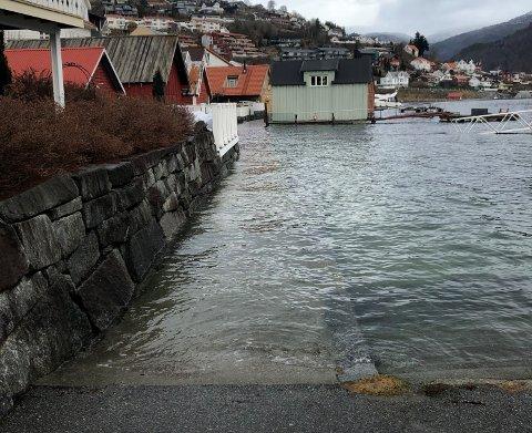 FLO: Det kan bli høg vasstand onsdag ettermiddag. Her frå fjordstien i Sogndal under stormfloa tidlegare i vinter.