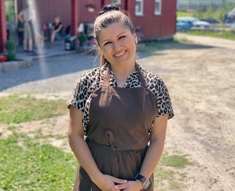 AKERHAUGEN GÅRD: Madalina Eilevstjønn (30) har startet gårdskafé og ønsker gjestene hjertelig velkommen.