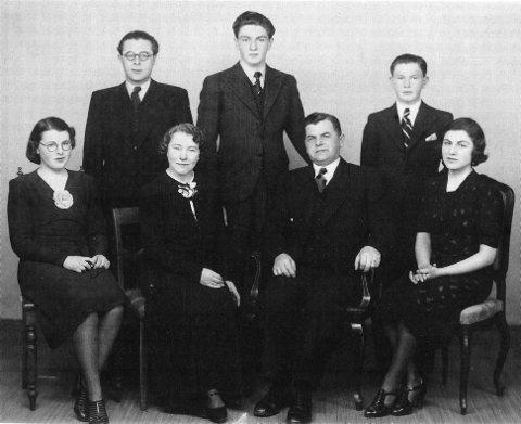 Portrett av Koklin-familien. I denne familien overlevde de tre eldste barna, Gitl (til høyre), Ruth Lillemor (til venstre) og Charles (med briller). Foreldrene Benjamin og Ida, og sønnene Julius (20) og Emil Georg (17) blir drept.