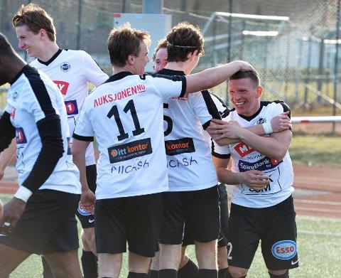 FLINT-JUBEL: Flint-spillerne har hatt mange grunner til å feire så langt i sesongen. Torsdag kveld kom lagets åttende strake seier i 4. divisjon. Her fra en tidligere kamp.