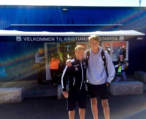 FOTBALLFETTERE: Stian Semb Aasmundsen og Mads Semb Christophersen utenfor hjemmebanen til Kristiansund BK, der Mads hadde sin arbeidsuke.