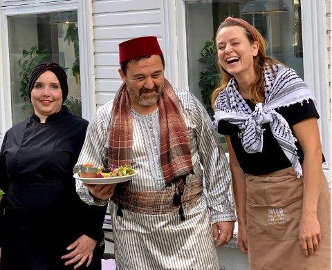 NYTT TILBUD: Hver onsdag og torsdag fram til jul kan du kjøpe en arabisk middag laget av Rawaah Altnje ( til venstre). Hun får hjelp av mannen sin Ramez Altnje, som jobber som baker hos Kjersti With.