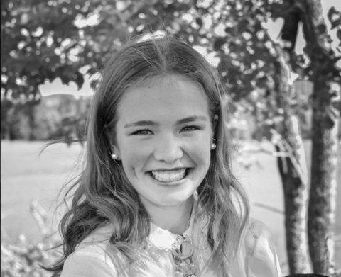 VELDIG GLAD: Agnes Kristiansen Tessem kom inn på førsteønsket sitt til høsten, nemlig Mære landbruksskole. Hun gleder seg veldig til å møte nye folk og være med dyrene.