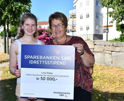 Lucia Philipp fikk idag den store sjekken av Bente Christensen i Sparebanken Sør.