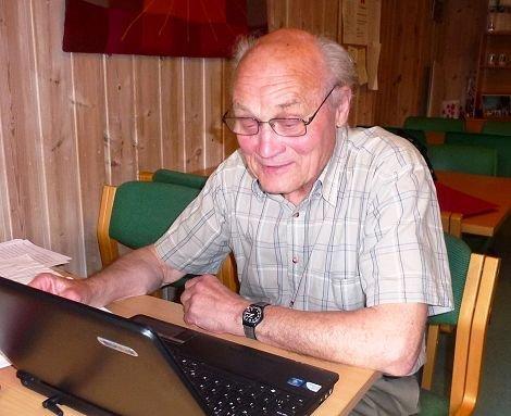 Eldor Bråthen fotografert under arbeid med en annen bok om Hedalen helselag for noen år siden.